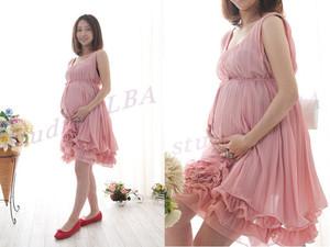 裾のフリルが可愛らしいピンクのショート丈ドレス